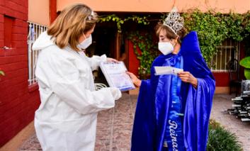 Visita Maru Campos a la abuelita ganadora del certamen Reina de Reinas 2020