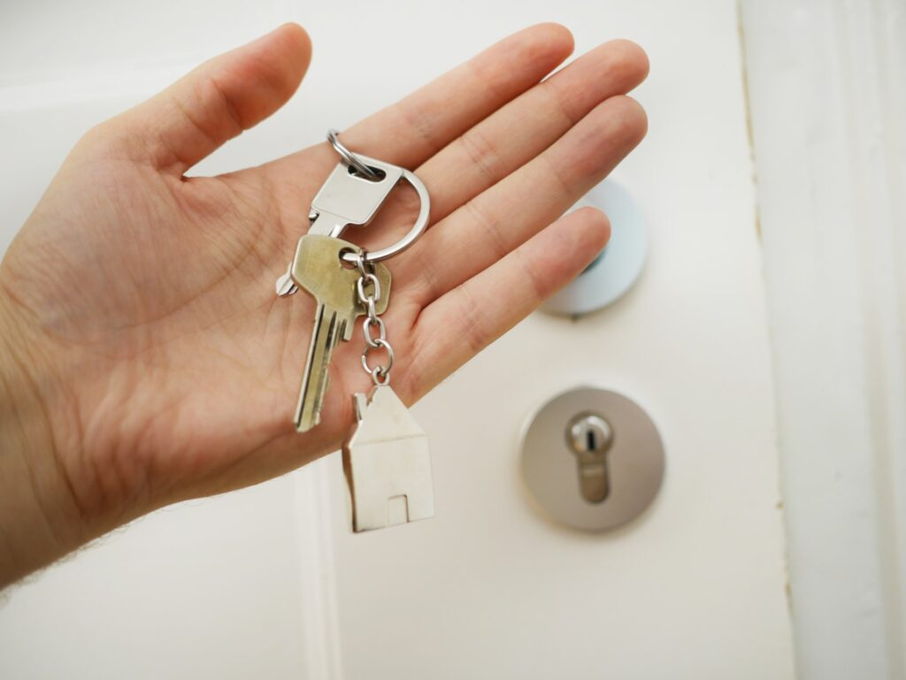 mobile locksmith Atlanta - hand with keys