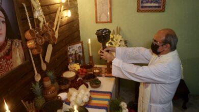padre religioso en ritual catolico