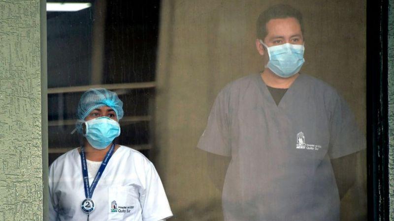 """""""El covid-19 no es una pandemia"""": los científicos que creen que el coronavirus es una sindemia"""