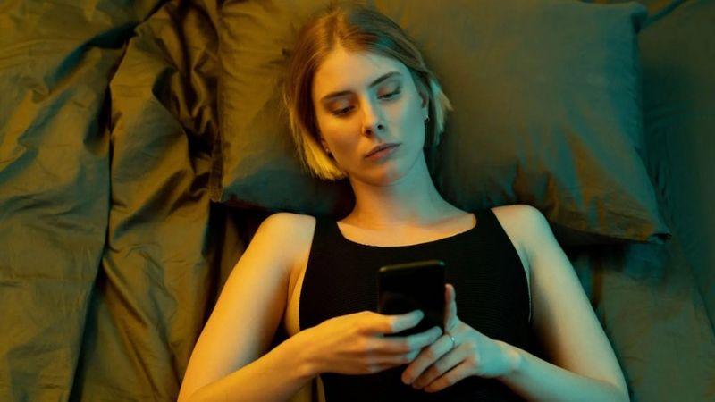 """El """"oscuro"""" hábito de consumir malas noticias compulsivamente (y cómo podemos atajarlo)"""