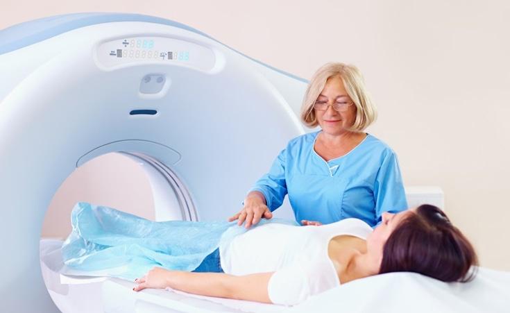 Qual é a importância do contraste para a ressonância magnética?