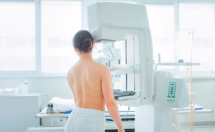 Posso fazer mamografia mesmo tendo prótese mamária?