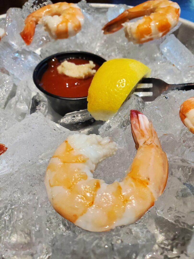 Shrimp on ice with lemon