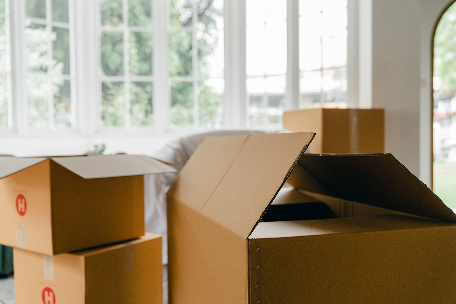 How_to_Find_Commercial_Real_Estate_on_Maui_packing_up_the_office