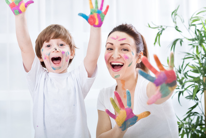 Child painting with Au Pair