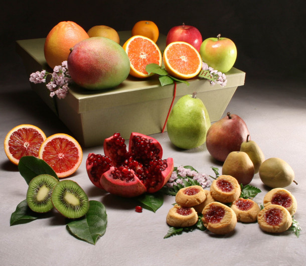 This Organic Cortland Hamper is 9 pounds of exotic fruity perfection, $127 @manhattanfruitier.com