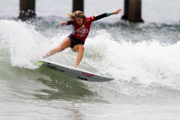 Stephanie Gilmore knocked out Lakey Peterson in Saturday's quarterfinals. (Morris/ASP Photo)