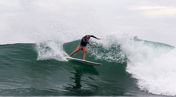 Lakey Peterson survived Courtney Conlogue in the quarterfinals of the Swatch Women's Pro. (Lallande Photo/WSL)