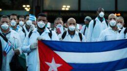 Doctores cubanos ayudan a México