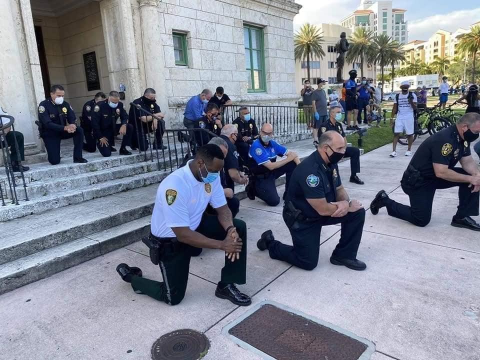 Se arrodillan policías con manifestantes