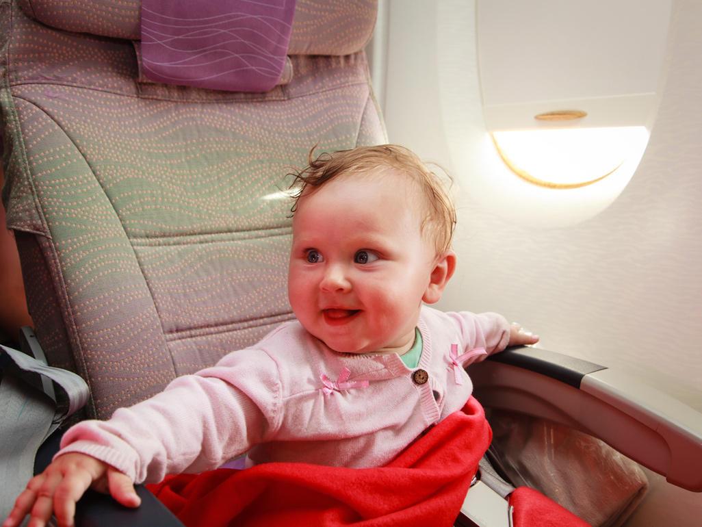 bébé-heureux--avion