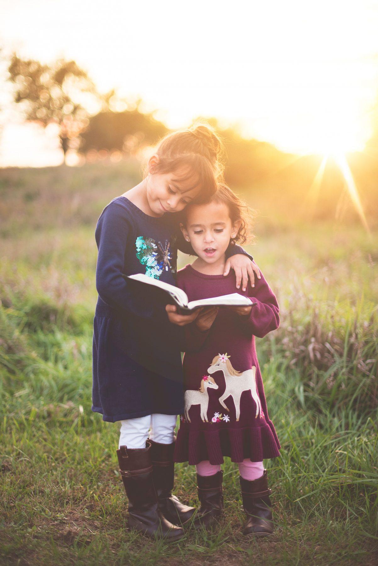 lecture en cadeau, fillettes