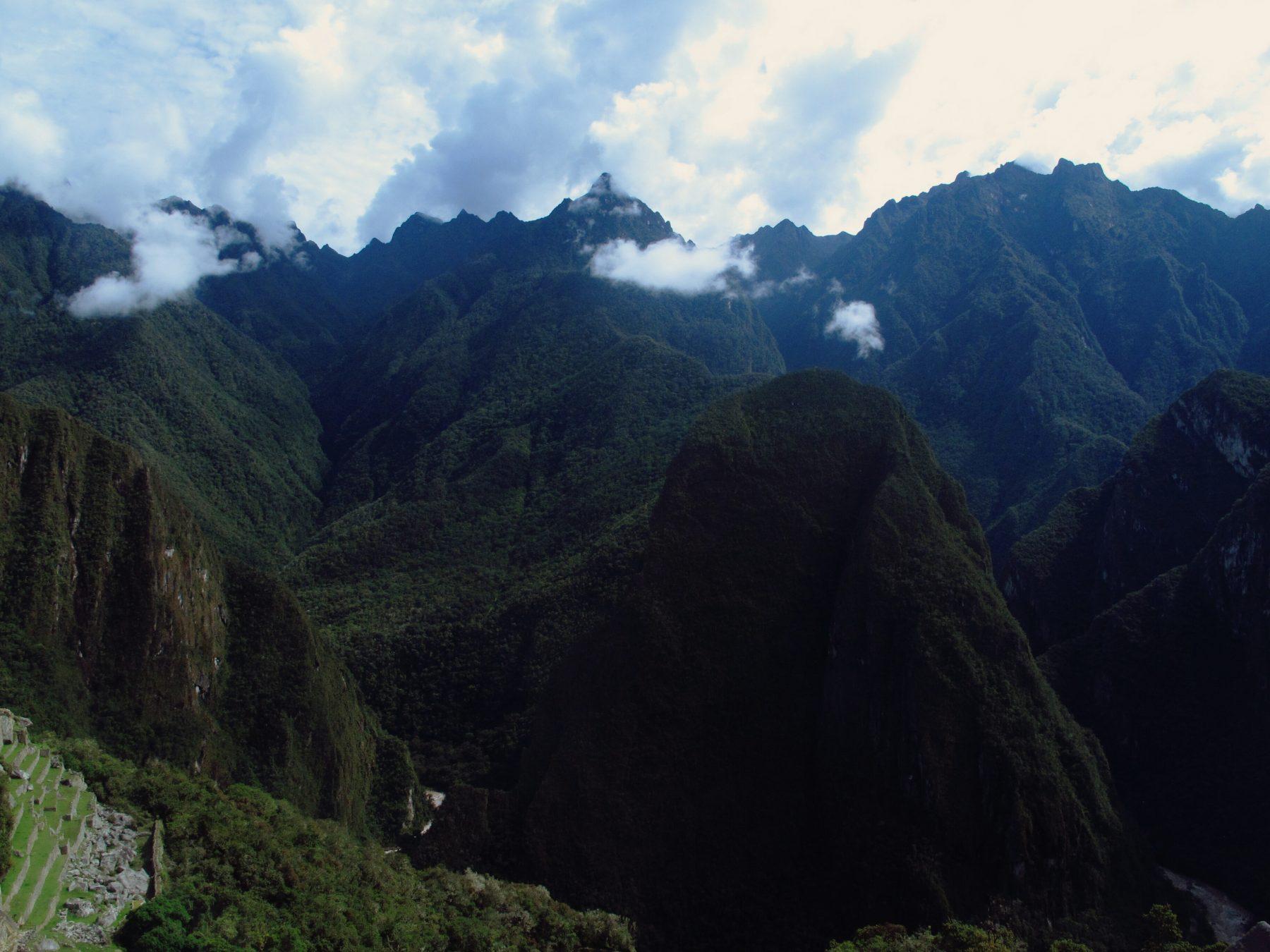 Vue sur les montagnes entourant le Machu Picchu