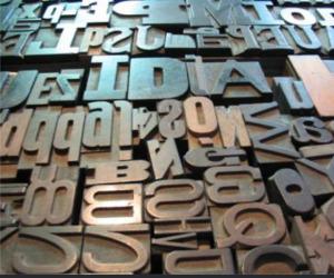Imagen de letras y tipos en una imprenta.