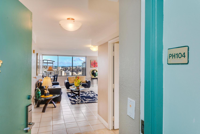 Penthouse104 Waikiki Hawaiian-large-003-Entrance-1499x1000-72dpi