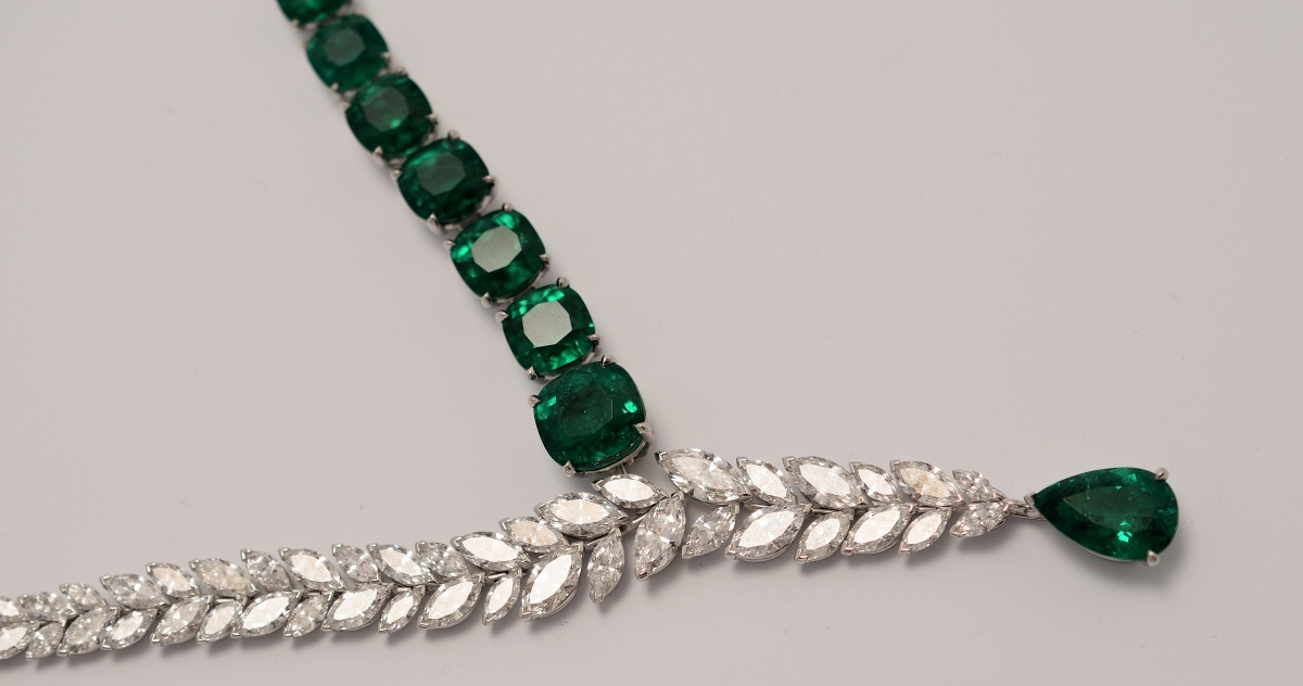 White gold necklace set with 1 pear-shaped emerald from Colombia (approx. 4.99 ct), 7 cushion-cut emerald from Colombia (approx. 27.85 ct) and marquise-cut diamonds