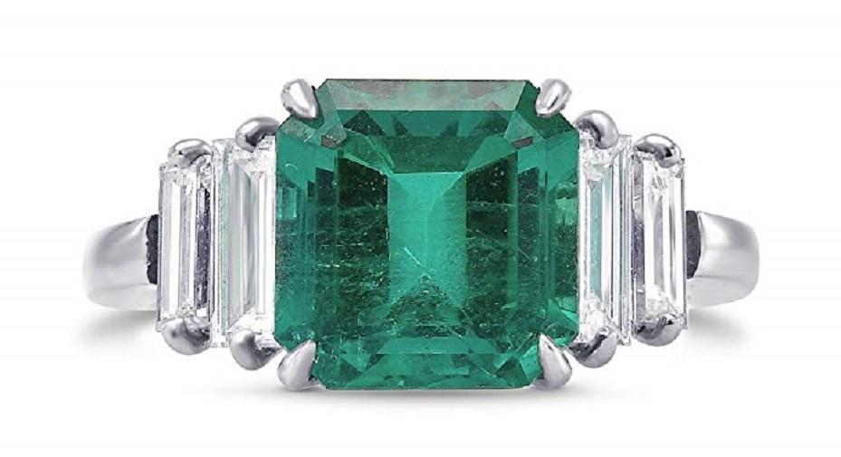 4.41Cts Emerald Gemstone Side Diamonds Extraordinary Ring Set in Platinum