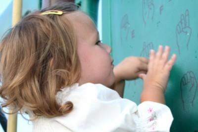 child and sign language