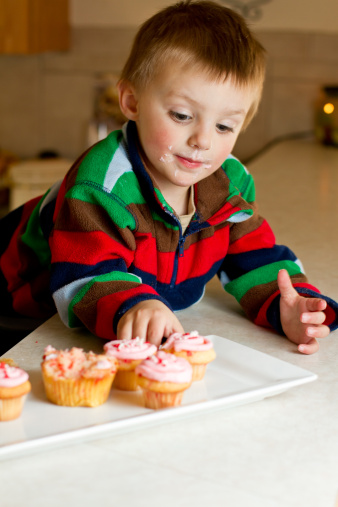 kids with cupcakes