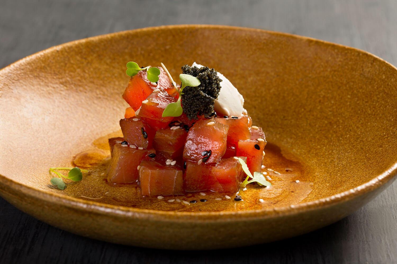 Tataki de atum com gergelim negro, sour cream e ovas de capelim preta