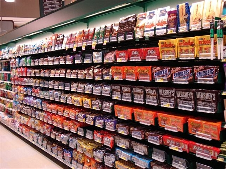hanging expandable push trays in retail store