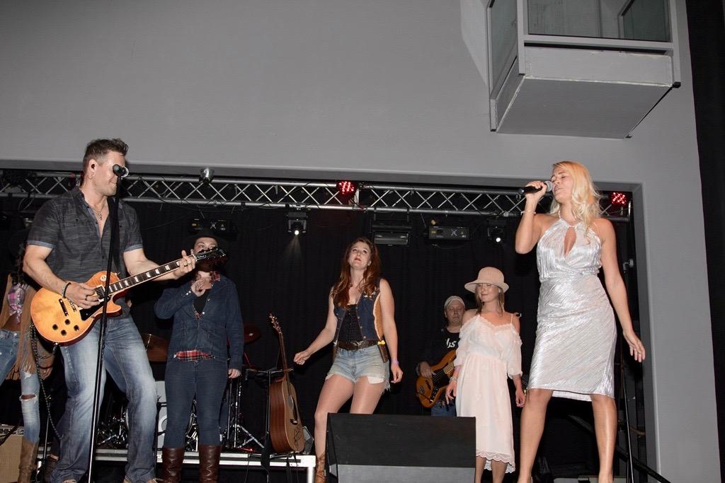 Photo+Showing+Singer+Theresa+Longo
