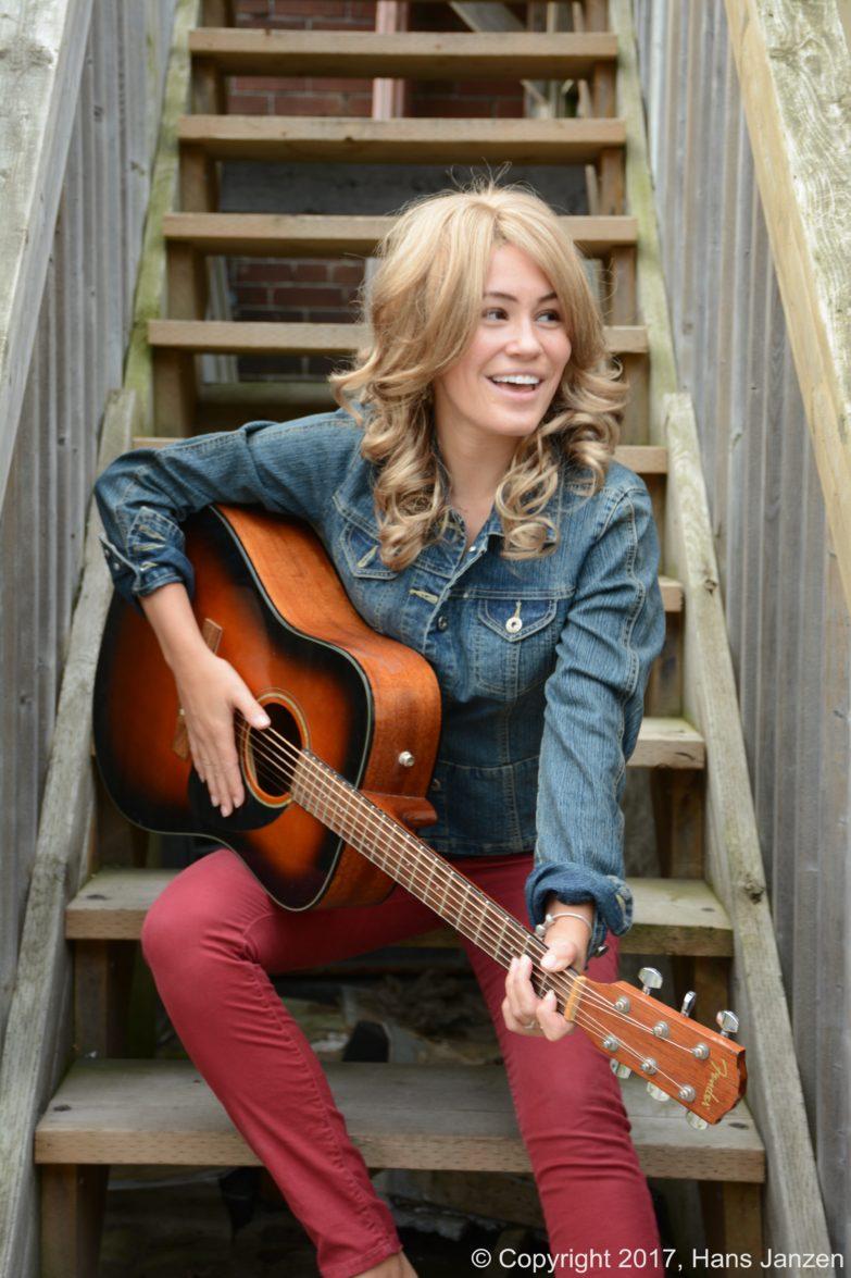 Theresa-Longo-Guitar-Player