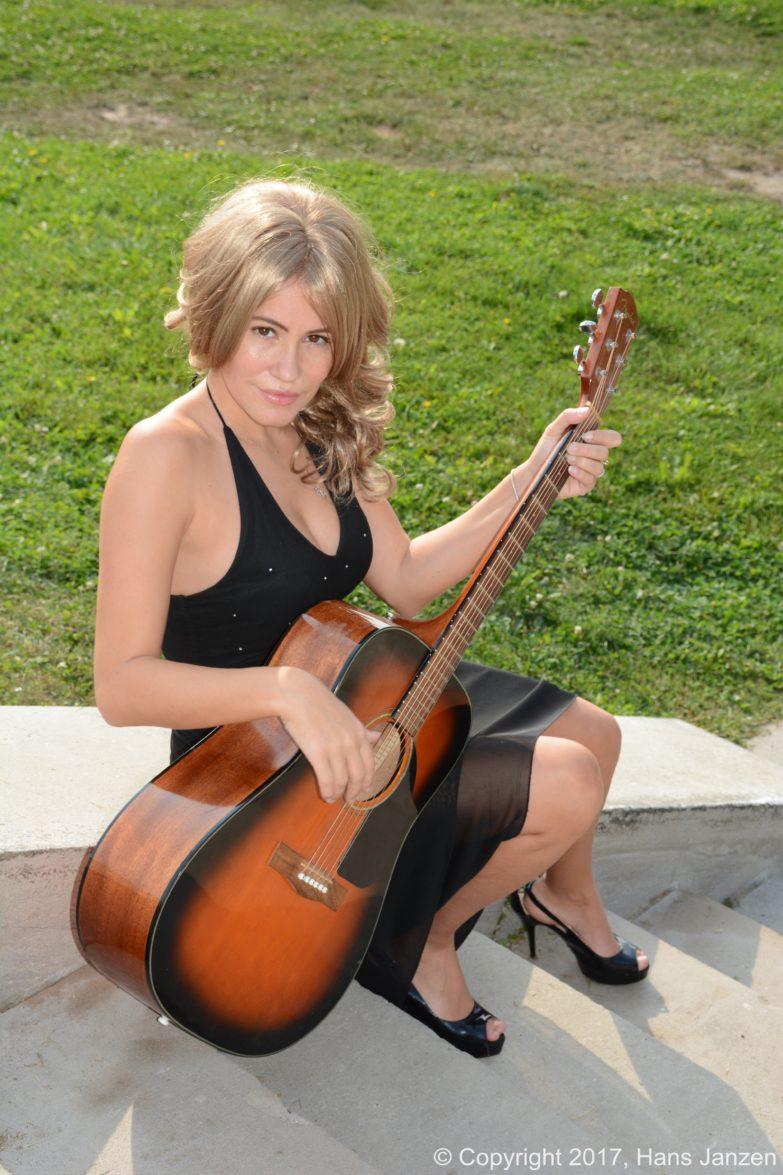 Theresa-Longo-Musician-Guitar