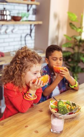 kids eating fruits