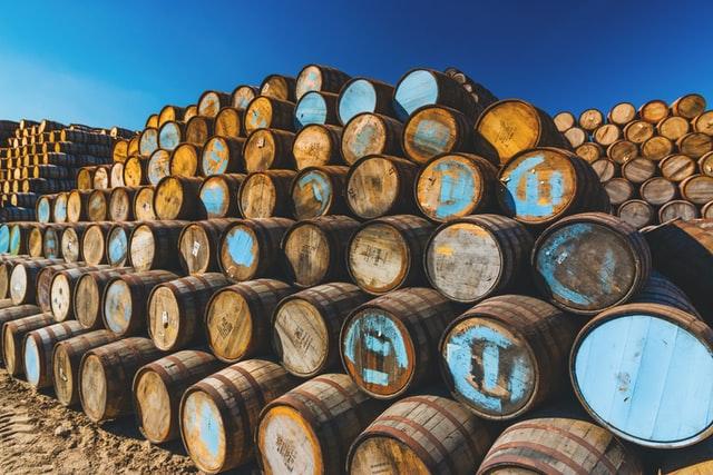 tonneaux de whisky empilés