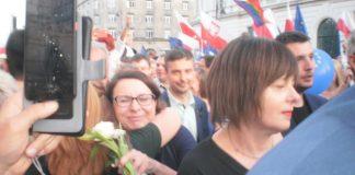 Kamila Gasiuk-Pihowicz witana przez demonstrantkę. Fot. Rafał Wodzicki Progress for Poland