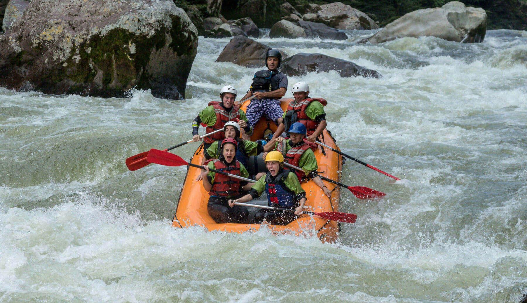 Rafting class IV in the Jondachi river