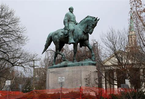 Charlottesville removes Confederate statues