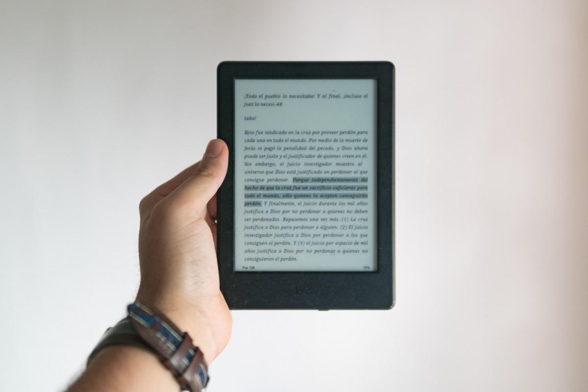 Pessoa lendo um ebook de atendimento ao cliente