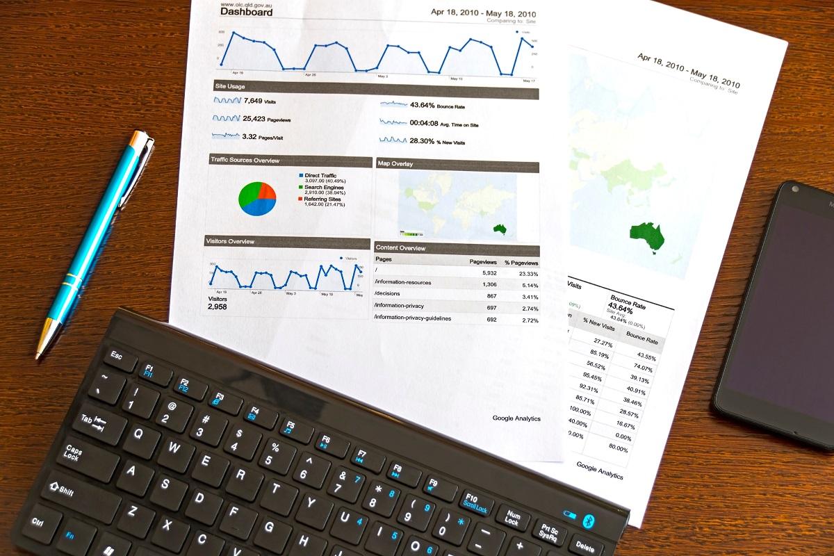 Gráficos colocados sobre a mesa junto ao teclado de computador
