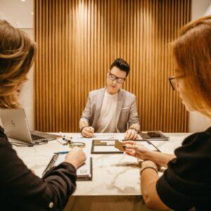 Funcionários em uma sala e o chefe fazendo gestão de pessoas