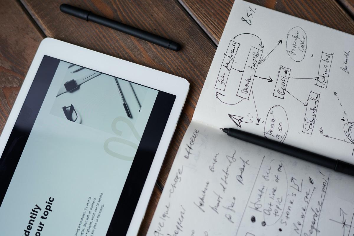 caderno e tablet mostrando desenhos de metodologias