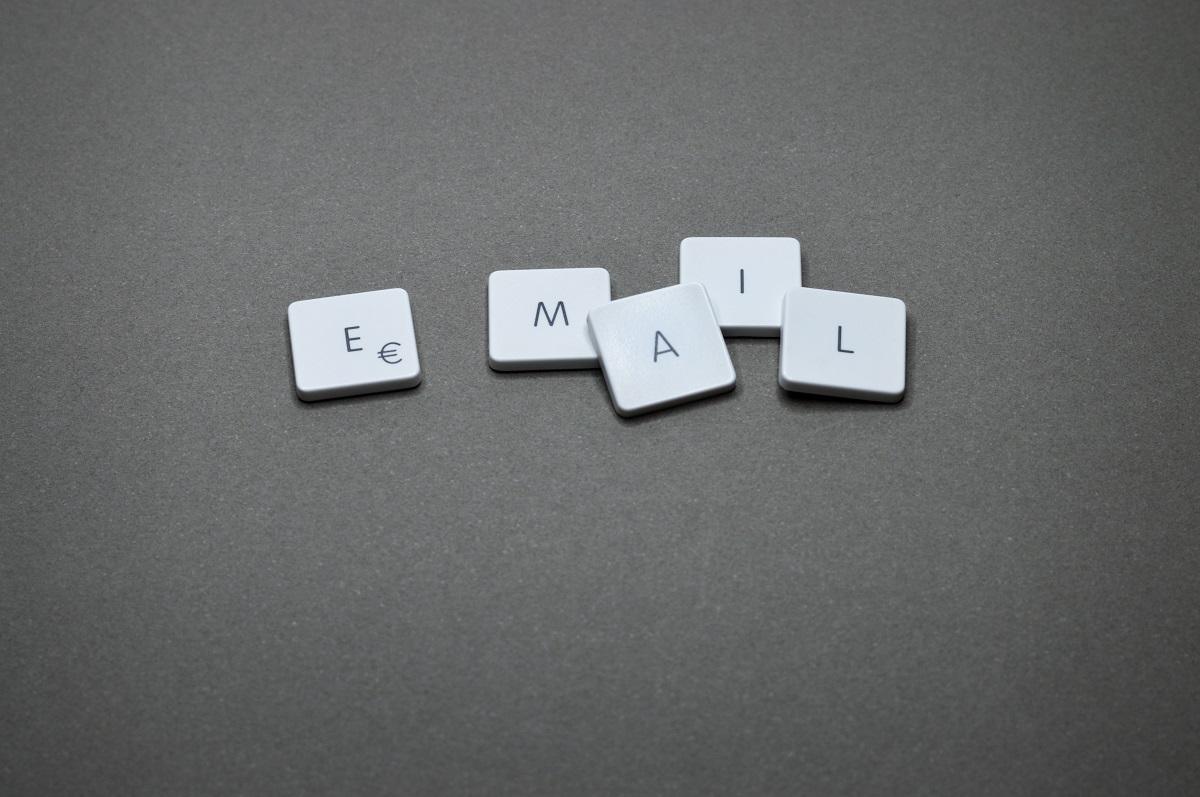 Letras em blocos formando a palavra email
