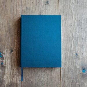 Livro de capa azul fechada