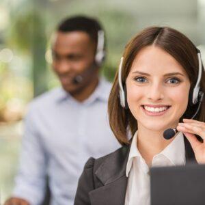 Homem e Mulher atendentes de call center