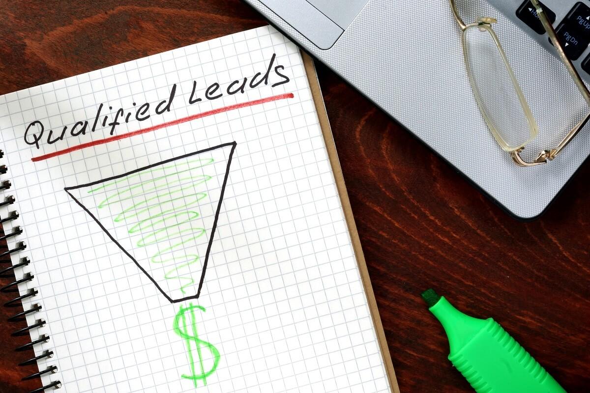 caderno com estudo sobre qualificação de leads
