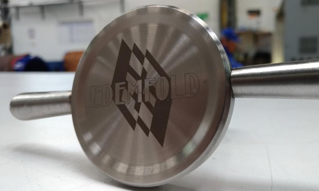 grabado laser fibra sobre pieza metálica