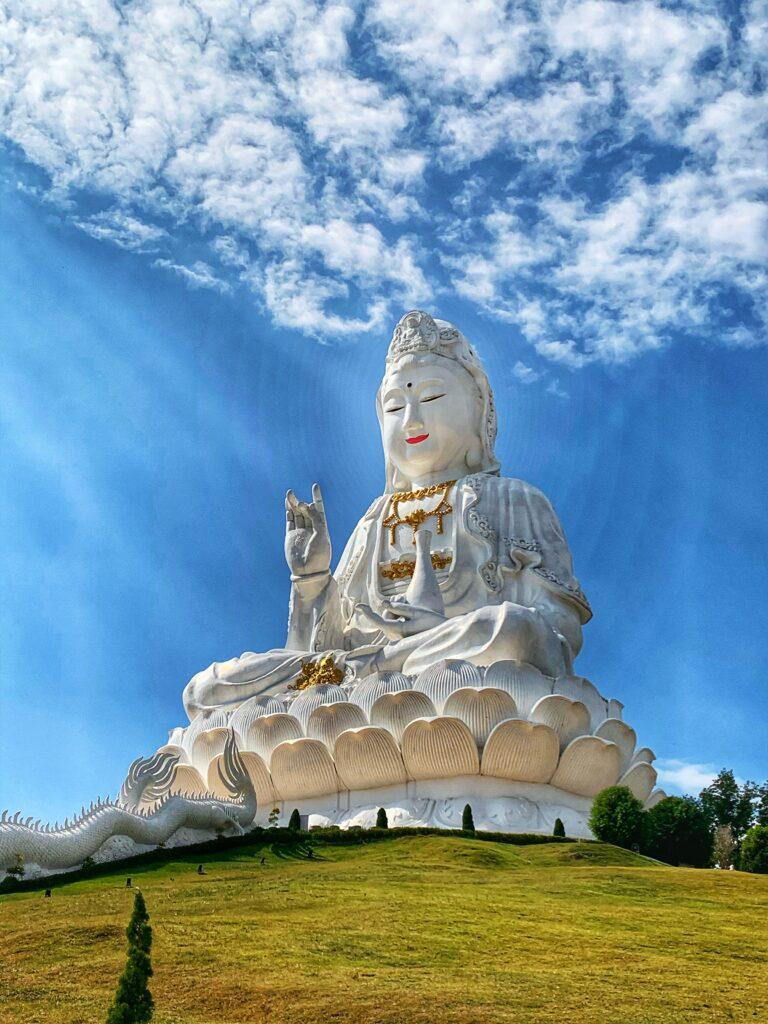 Kwan Yin Bendiciendo y rodeada de una aura mágica