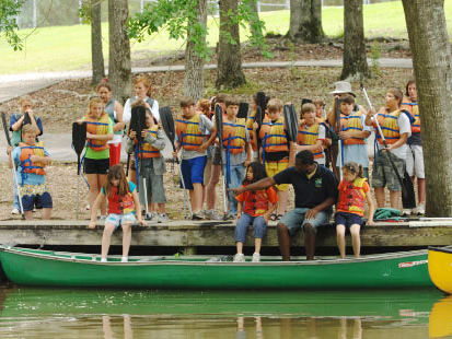 kids getting in canoes