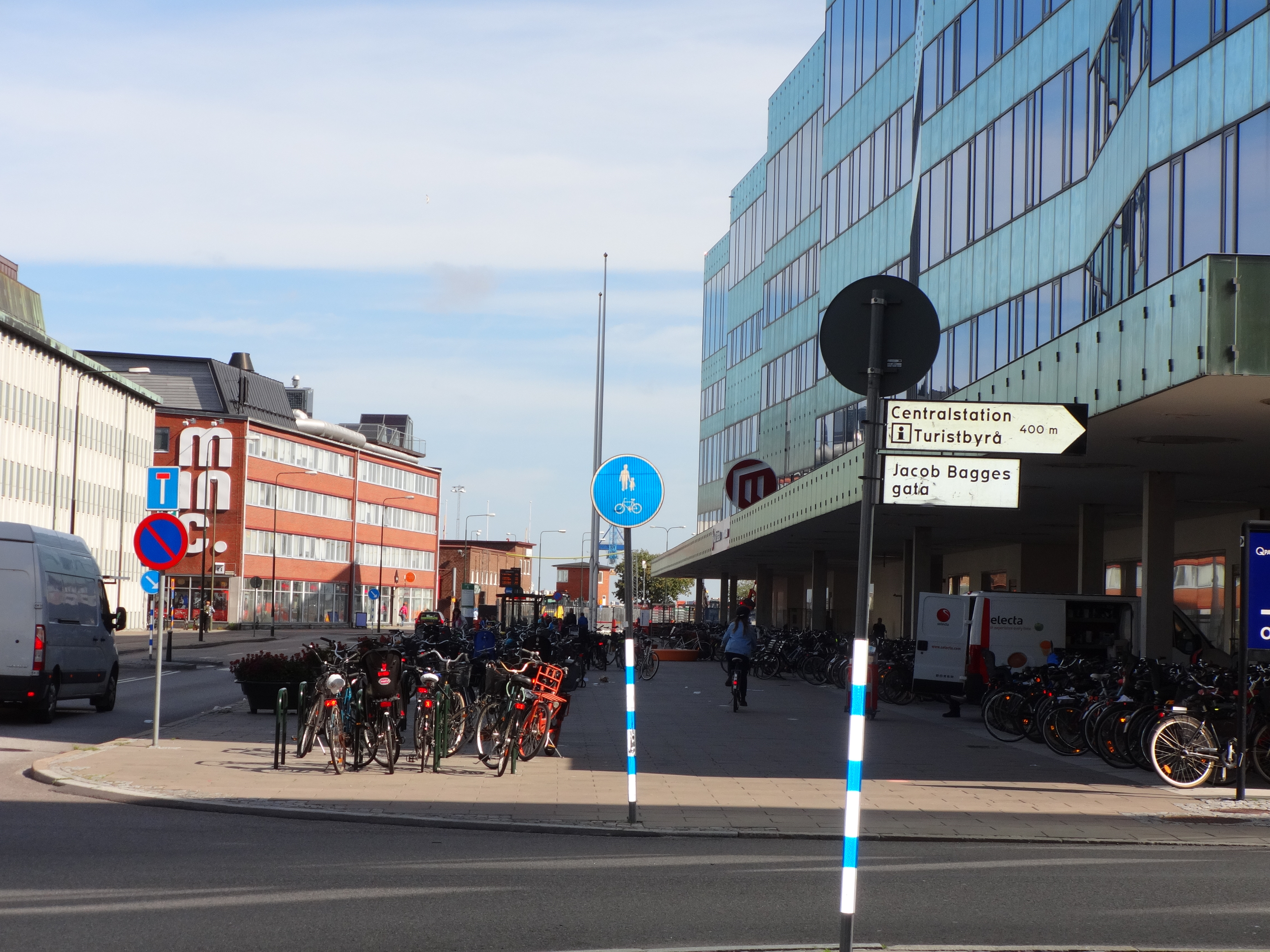 Out front of Malmö Hogskola, where I studied for the week. SO MANY BIKES! The sign notes a shared bike/pedestrian sidewalk with no designated space/lane for bikes.