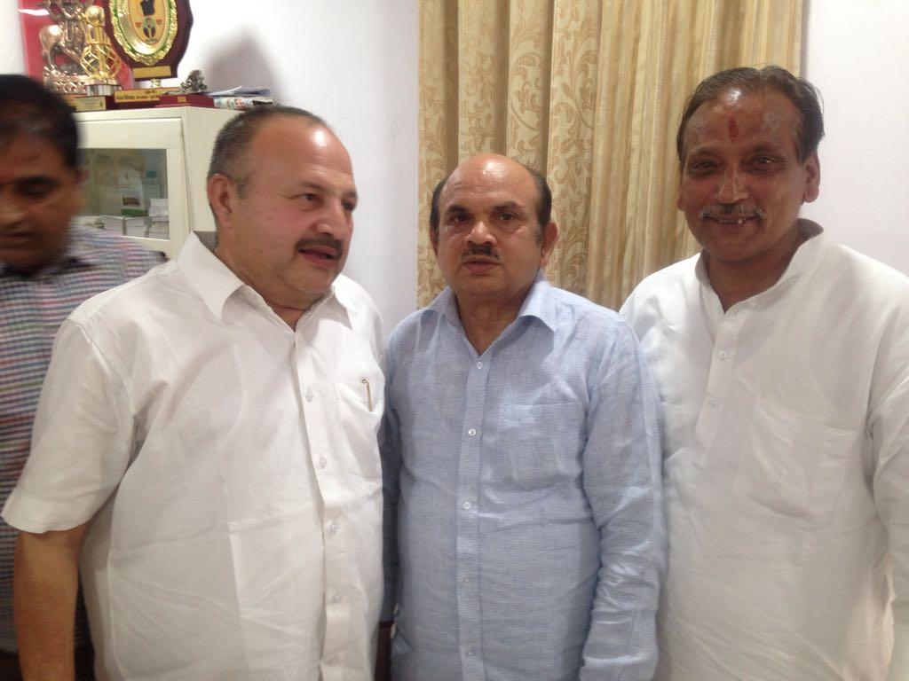 केन्द्रीय सांस्कृतिक एवं पर्यटन मंत्री डा. महेश शर्मा से आत्मीयता पूर्ण मिलन। पहली बार की भेंट में हुई उन्होंने गर्मजोशी से स्वागत किया।