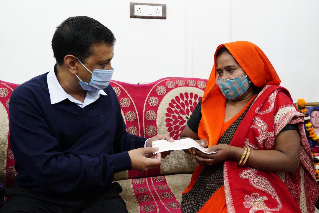 Delhi CM provides Rs.1Cr financial assistance to CRONA Warrior's families