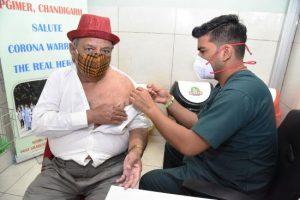 सिटीजन्स बॉडी चीफ सुरेंद्र वर्मा सुरेंद्र वर्मा के टीकाकरण के बाद पीजीआई 12000 से अधिक टीकाकरण का आकड़ा पार