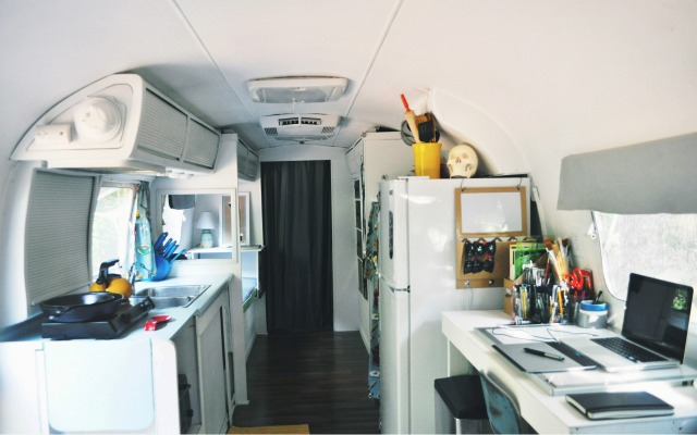 Have you ever fantasized about living in an Airstream? Interested in small space living or minimalism? You'll love this interview! Click through for small space living and decor tips, too!